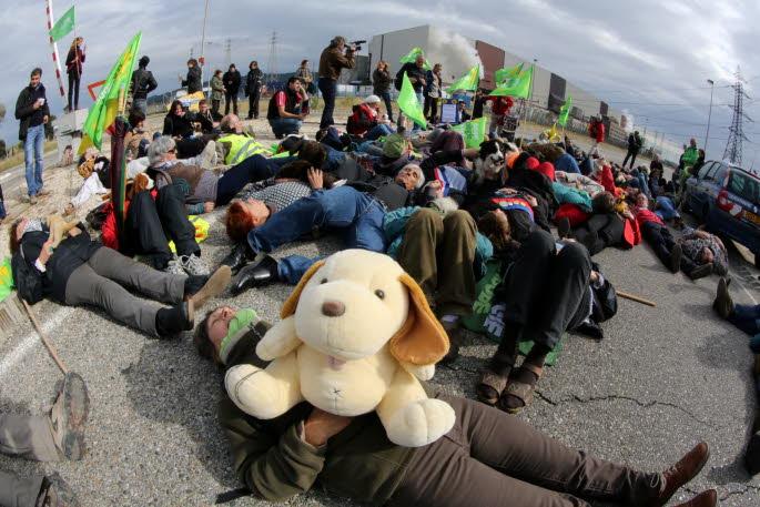symboliquement-les-manifestants-ont-repondu-au-directeur-de-l-usine-areva-dont-un-courriel-peu-apprecie-par-les-antinucleaires-avait-fuite-dernierement