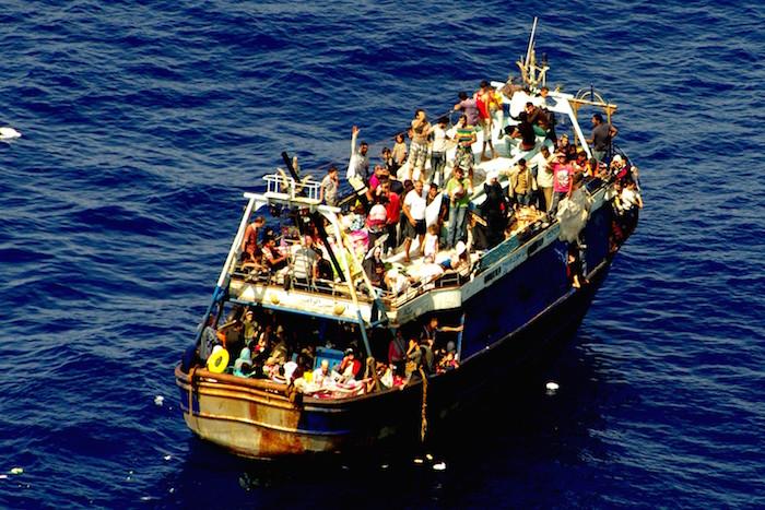 7777418660_un-chalutier-plein-de-migrants-en-mediterranee-illustration-1